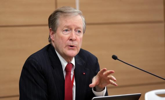 랜달 존스 경제협력개발기구(OECD) 한국경제 담당관이 20일 세종정부청사에서 'OECD경제보고서 한국편' 발표에 앞서 브리핑하고 있다. (사진=연합뉴스)
