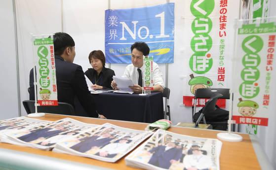 일본 정부는 경제 재생을 위한 3개의 화살로 설정한 성장전략에 전직을 지원하는 정책을 담았다. [중앙포토]