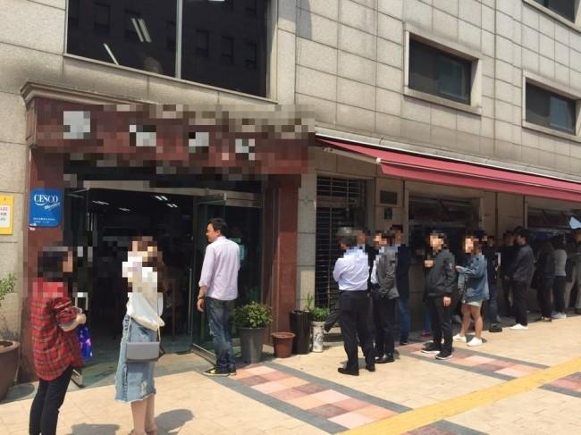더운 날씨 속 서울시내 한 냉면집 앞에 몰려든 인파. [사진=독자제공]