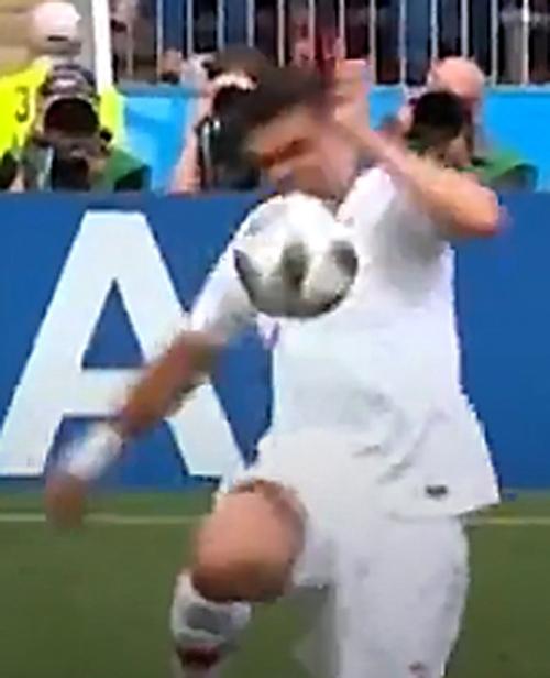 포르투갈 페프의 손에 공이 맞는 모습. 20일 포르투갈과 모로코 경기 도중 논란이 된 장면이다. 하지만 심판은 경기를 그대로 진행했고 비디오 판독(VAR)은 시도되지 않았다. SBS 중계 화면 캡처