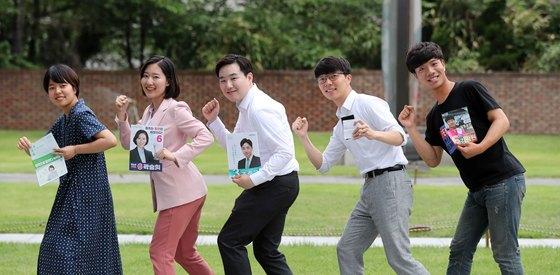 6·13 지방선거에 도전했던 2030 젊은 후보들이 서울 중구 배재학당 박물관 정원에서 자신들의 선거 홍보물을 들어보이고 있다. 왼쪽부터 서울 강남구청장에 출마했던 이주영(녹색당) 후보, 서울 금천구 의원에 출마했던 곽승희(무소속) 후보, 서울시의원 선거에 도전했던 조준규(바른미래당)후보, 서울시장에 도전한 우인철(우리미래) 후보, 경기도의원에 출마했던 김광원(노동당) 후보. 김상선 기자