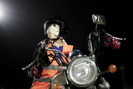 사우디 여성 마하 모하마드가 23일(현지시간) 사우디 리다야 오토바이 교육센터에서 운전교육을 받고 있다. [AP=연합뉴스]
