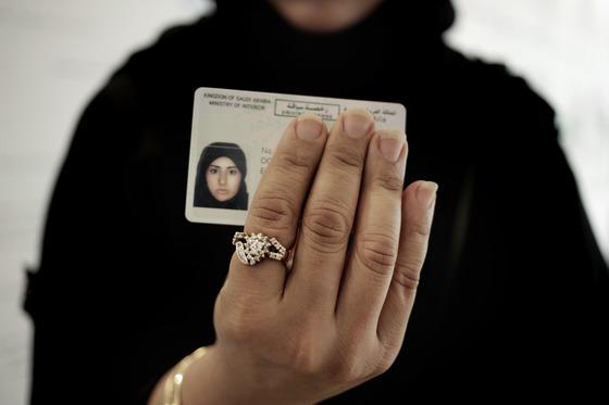 한 사우디 여성이 23일(현지시간) 새로 받은 운전 면허증을 보여주고 있다. [AP=연합뉴스]