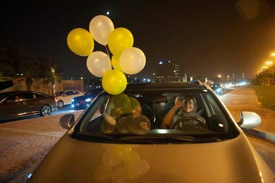 한 사우디 여성이 24일(현지시간) 코바르 시내 중심 도로에서 그녀의 친구들과 자신의 첫번째 운전을 축하하고 있다. [AFP=연합뉴스]