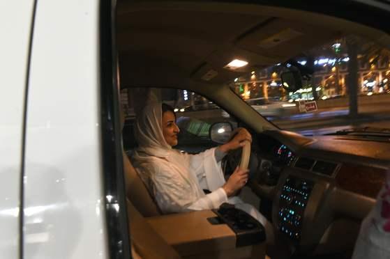 사우디 여성 사마르 알 모겐이 24일(현지시간) 새벽 처음으로 리디아 시내를 자신의 차를 운전하며 지나고 있다. [AFP=연합뉴스]