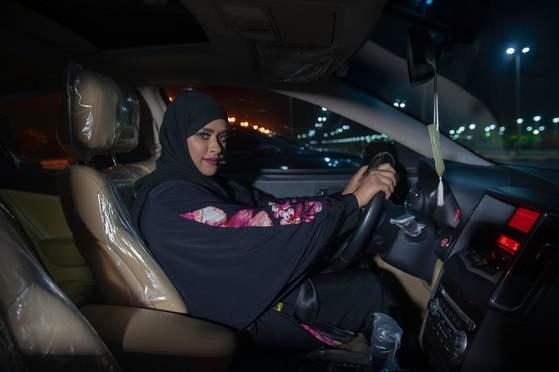 사우디 여성 사비카 하비브가 24일 (현지시간) 코바르 시내를 운전하며 지나고 있다. [AFP=연합뉴스]