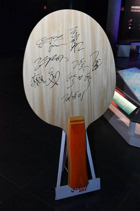 23일 스위스 로잔에서 열린 IOC 올림픽데이 행사에 사용된 라켓에 참가자들이 사인을 했다. [사진 IOC]