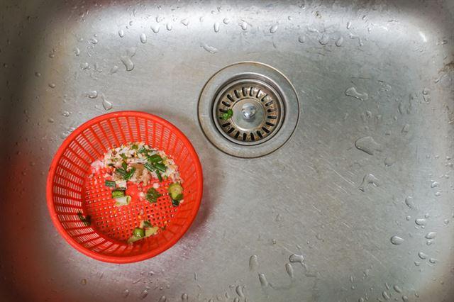 싱크대 위 음식물 쓰레기를 처리하는 것은 어느 집이나 골칫거리다. 게티이미지뱅크
