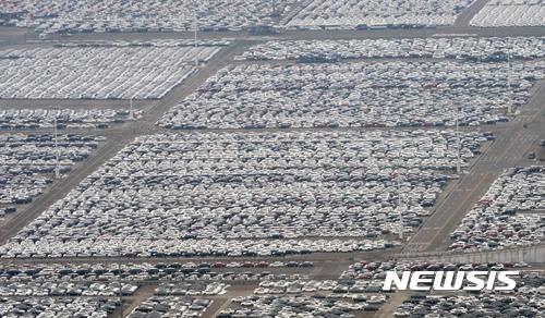【평택=뉴시스】홍효식 기자 = 경기 평택시 평택항에 자동차들이 줄지어 놓여져 있다. yesphoto@newsis.com