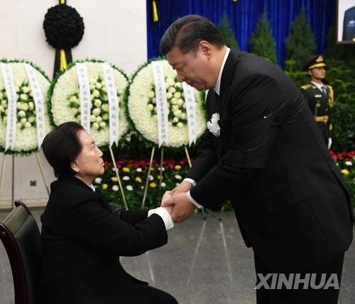 고 조남기 장군 가족을 위문하는 시 주석(오른쪽) [신화=연합뉴스]
