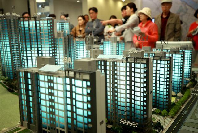 지난 15일 서울 송파구 문정동 래미안갤러리에 개관한 신정뉴타운 '래미안 목동아델리체' 견본주택을 찾은 시민들이 단지 모형을 살피고 있다. 연합뉴스