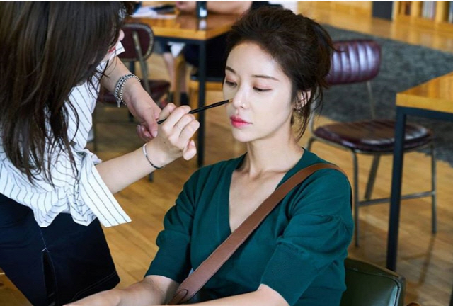<p>On the 27th, Hwang Jung-eum released a piece of photograph with his phrase Dye Yora ~ in his own instagram.</p><p>The image of Hwang Jung-eum who is receiving Make up in the released photograph was put in. His flower beauty attracts eyes.</p><p>Meanwhile, Hwang Jung-eum is appearing in the SBS drama Hunnam Chung.</p>
