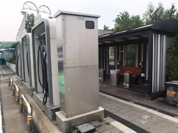 문막휴게소 전기차 충전소 바로 뒷편에는 담배 냄새가 진동하는 쓰레기통이 마련됐다. (사진=지디넷코리아)