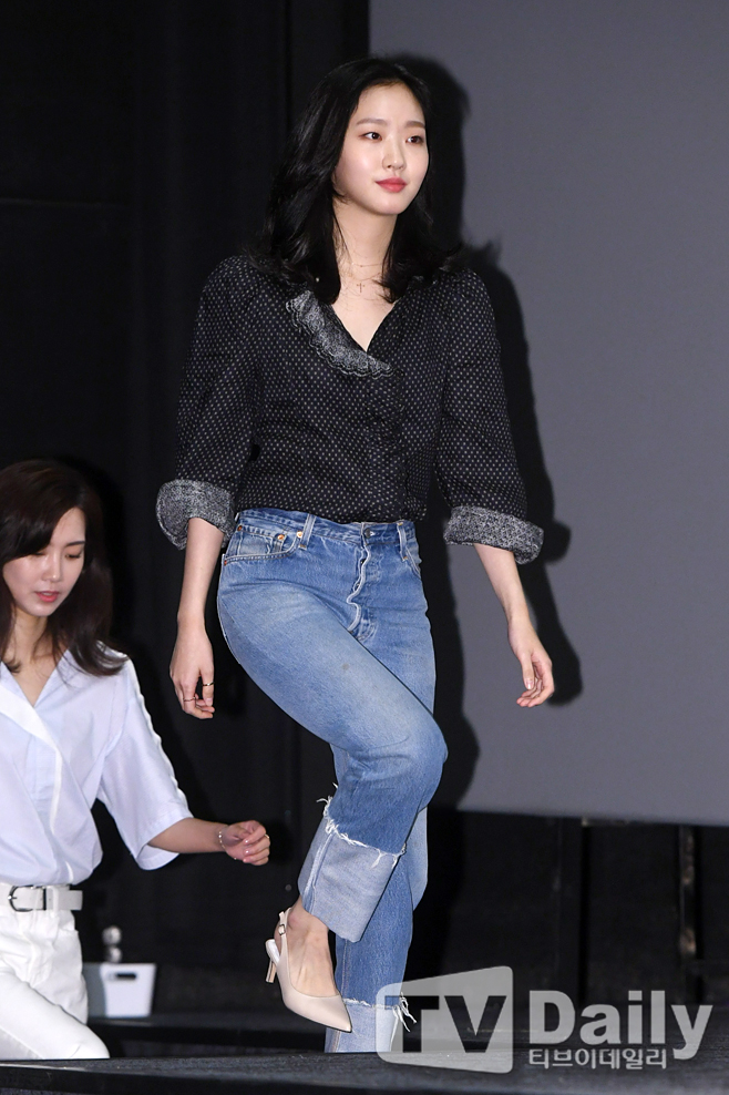 <p>Actor Kim Go-eun attended the stage greetings of the movie Byeonsan (Director Lee Jun Hyuk Production Byeonsan Cultural Industry Specialty Limited Company) held at COEX Mega Box in Samsung-dong, Gangnam-gu, Seoul.</p><p>Byeonsan starring Park Jung Min, Kim Go-eun is a distorted street twist moment, a hint and trick of unrequited stern (Kim Go-eun), a young husband (Park Jung Min) who was forcibly summoned to his hometown Byeonsan full of black history, There is a fun movie depicting the greatest crisis in life.</p><p>Movie Byeonsan Stage greetings</p>