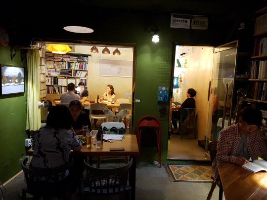 레스토랑과 서점을 겸하고 있는 '지음책방'의 심야책방 풍경. 서너 명이 모여 이야기를 나누거나 '혼맥'을 하며 책을 보기도 했다.