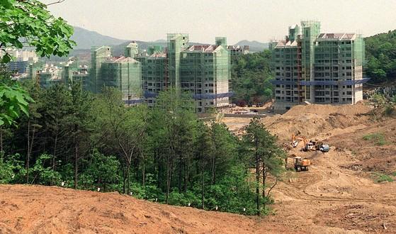 경기도 용인지역 아파트 건설현장. 앞으로 녹지 등 자연자원을 훼손할 경우 대체 지역을 복원하거나 돈으로 보상하는 자연자원총량제가 도입될 전망이다. [중앙포토]