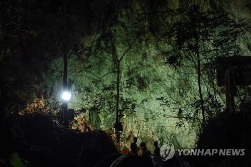 불 밝힌 구조현장[AFP=연합뉴스]
