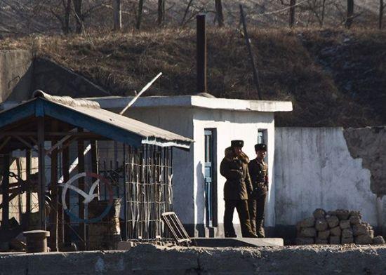 북한군 식당 벽에 '대충 식당에서 대충 먹고 간다' 낙서