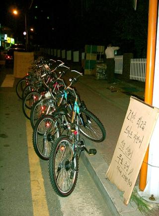 2004년 경기 고양시 일산구 한 아파트단지 앞에서 한 신문사 판매 영업사원이 스마트자전거를 진열해놓고 판촉 활동을 벌이고 있다. 한겨레 자료