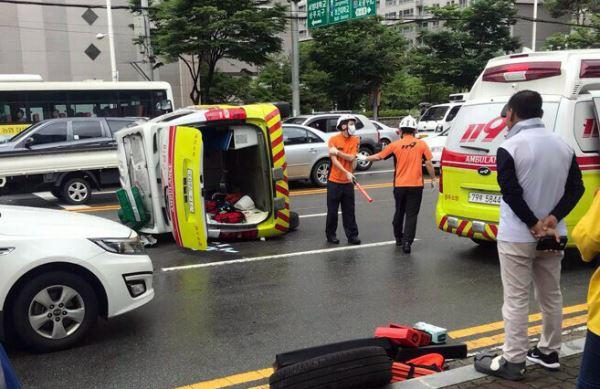 2일 광주 북구 운암동 교차로에서 환자를 이송 중이던 119 구급차가 승합차와 부딪혀 전복됐다. 연합뉴스