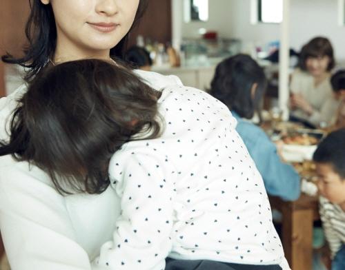 출산격차가엄마들 모임에 영향을 미친다. 자연분만한 여성들은말로 비난하지 않지만 차별을 둔다.