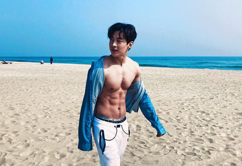 <p>The singer Henry Lau boasted a hard style.</p><p>Henry Lau left a sentence with a few photos on his SNS afternoon on the 5th, I will go see you on a sunny day.</p><p>In the picture Henry Lau wore a blue shirt and boasted a clear Six Pack on the beach. Henry Lau looked at the camera with a happy look.</p><p>Henry Lau finished the contract with April SM Entertainment, active overseas [Photo] Henry Lau SNS</p><p>Henry Lau SNS</p>