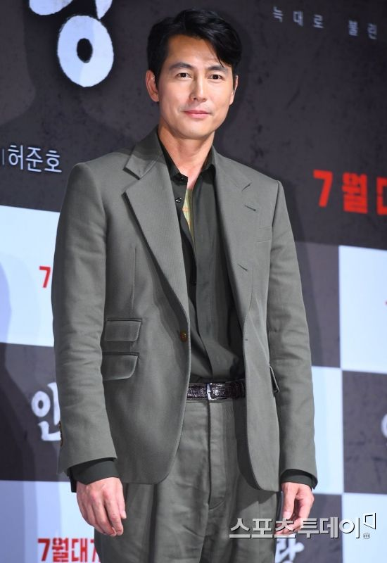 <p>Actor Jung Woo-sung again told his heart that Refugees problem clearly raises his concern for concern.</p><p>Jung Woo-sung appeared on CBS Kim Hyung-jongs news show on 5th and talked about the problem of Yemen Refugee, Jeju Island which is currently the most sensitive case in the country.</p><p>Jung Woo-sung said: Now, we have to fully understand the position of those who speak of antipathy about Refugee in the Republic of Korea, because our society is inequality, uneasy, uneasy, job hunting and childbearing It was a difficult society. </p><p>But now, suddenly Refugee has come close to me, I will try it. I see Refugee is difficult, but from our difficulties, we must first solve it? This kind of mind is surely received from me, it is not safe to take it, but it seems to me that there seems to be a wind like We prefer several priorities .</p><p>Jung Woo-sung said, The Republic of Korea has a legal system, you can judge them in the legal system, Why do you want to help someone difficult now? Such expressions are correct. However, the Republic of Korea also pledges under the international community Refugee position agreement, the Natago Treaty is a promise between the states and We can only accept in our position, For this reason, we are listening to such concerns in the country that will keep promises with the international community and listen to such concerns to minimize such concerns and dispose of such efforts now I have no choice but to make it a time zone. </p><p>In addition, he asked What options do you think is necessary to solve the Refugee problem? To the question Is not it a substitute, as it is necessary for each other to have a little objectivity of the viewpoint looking at this problem There seems to be some solutions to how our society will accept Refugee in the future and how to accept it when it is done enough.</p><p>Before Jung Woo-sung greeted his Instfgram World Refugees Day last month, and Come with Refugee put an appeal. He also posted Jeju Yem