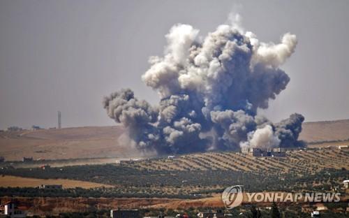 시리아 남부 반군 지역 다라에서 솟는 포연 [AFP=연합뉴스]