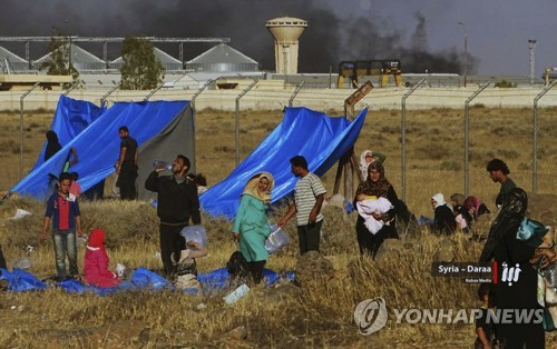 시리아·요르단 국경 지역에 임시 캠프를 차리는 피란민들 [AP=연합뉴스]