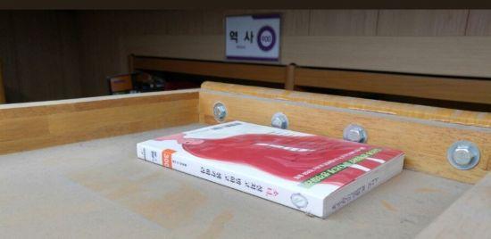 경기도의 한 고등학교 도서관 책장 위에 여성학 관련 서적이 숨겨져 있다. 일부 남학생들이 한 달 간 페미니즘 서적을 지속적으로 훼손하거나 숨기는 일이 발생했다.(사진=트위터 캡처)