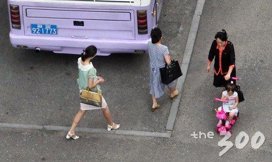 5일 오전 평양에서 시민들이 출근을 하며 거리를 지나고 있다. /사진=뉴스1