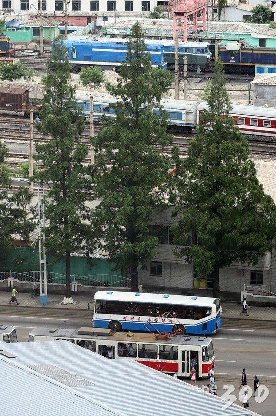 5일 오전 평양 에서 시민들이 출근을 하며 거리를 지나고 있다. /사진=뉴스1