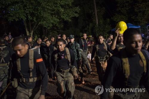 '물 잘 안빠지고..체력회복 더뎌' 태국 동굴구조 초조한 기다림