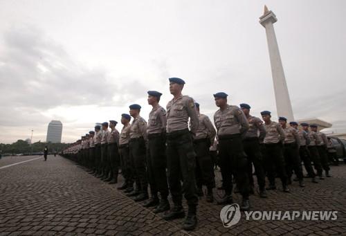2017년 12월 21일 인도네시아 자카르타 시내에서 성탄절 특별경계 작전을 앞둔 경찰관들이 도열해 있다. [EPA=연합뉴스자료사진]