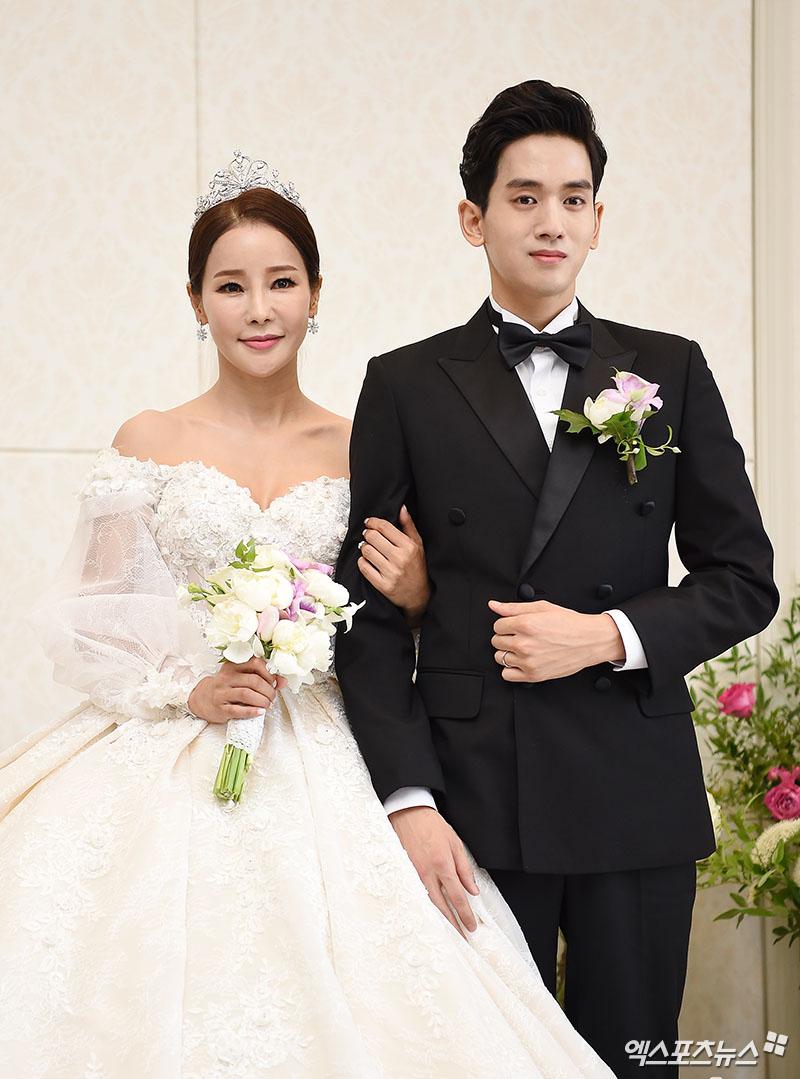 [엑's 이슈] 미나♥류필립, 눈물의 결혼식..새 신랑이 눈물 펑펑 쏟은 이유