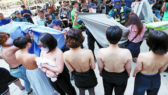 2일 오후 서울 강남구 페이스북코리아 앞에서 여성단체 '불꽃페미액션' 회원들이 페이스북의 성차별적 규정에 항의하는 상의 탈의 시위를 하고 있다. [연합뉴스]