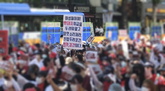 """""""우리는 끝까지 세상을 바꿀 것이다"""" 6만명 집결, 점점 커지는 여성시위"""