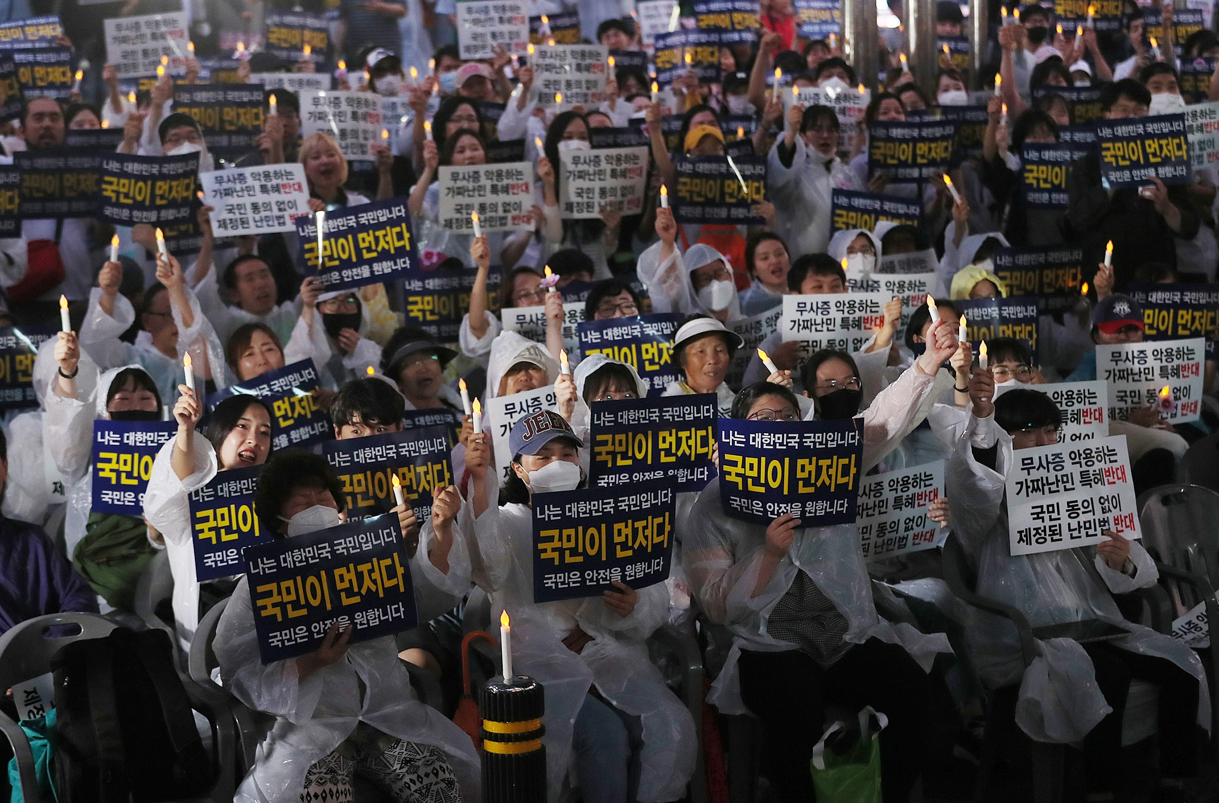 <p>Where does hate and disgust against Refugee come from? Where does this collective blind hatred and disgust of Muslim Refugee come from? One reason why Jeju Island, Yemen Refugee can not easily be accepted seems to be because there is a vague sense of uneasiness among us. Every human being has fear of strangers. We build a defense mechanism with strong fear of what we see for the first time, things we do not have, no experience. In addition to this, all hoaxes and unfounded claims spreading over the Internet and SNS transform fear and fear aggressively into opponents extreme hostility and fear. I can not ignore the strangeness that comes from the difference between different societies and cultures. In addition, our society is a country located on one side of unconsciousness, inferior to Australia purebloodism. I do not know the exclusiveness and the superiority created by the ideology distribution ethnic group and single ethnic group, and it is shedding a trial inside of us. There will be ignorance and prejudice of Muslim, and damage consciousness. Yemen Refugee was not hospitable in this place, but had many reasons to leave the foundation of life to live. Many reasons are entangled like weft and warp threads like this. We are seeing things and phenomena with our own eyes, towards Refugee from Yemen, the aversion feelings are our own appearances projected to them. It is the content that comes out from the column written by Hong Sefa Where did this disgusting feeling come from? I spontaneously struck my knees with a big task to read the sentence. Everyone judges the world by cutting the world from his own point of view. The Yemen Refugee problem should be the same. For anyone it is a problem that can not be compromised with human beings. Now in the Republic of Korea Refugee is not a story of the Refugee problem, it seems to be our story, our society has always been unequal, irrational, it was a society in which the wounds were not healed Due to such a social proble