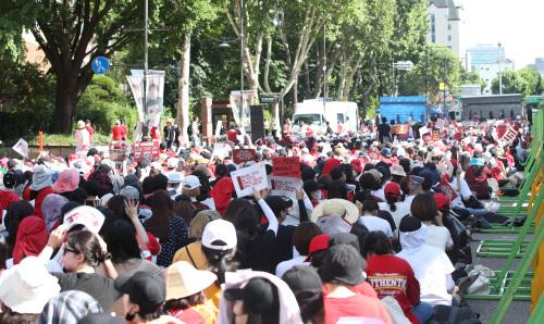지난 7일 오후 서울 대학로 일대에서 열린 '불법촬영 편파수사 3차 규탄 시위'에 참가한 여성들이 도로에 줄지어 앉아 무대차량을 지켜보고 있다. 이날 주최측 추산 6만명(경찰 추산 1만8000명)이 모였다. 연합뉴스