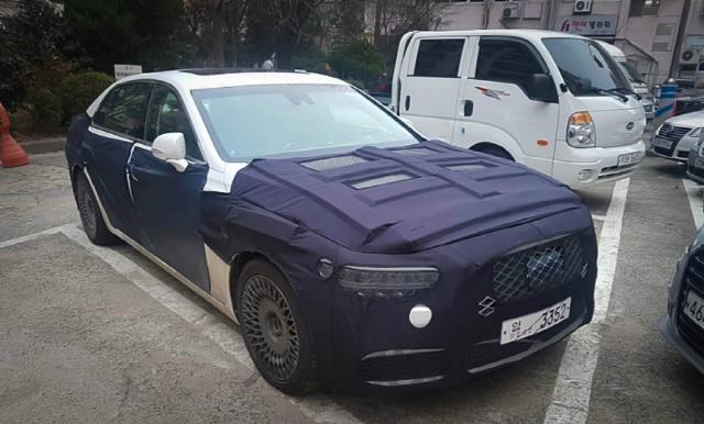 위장막을 씌운 제네시스 'EQ900' 테스트 차가 한 주차장에 서 있다. 이 차는 오는 11월 출시 때 'G90'이라는 이름을 단다. /SNS 캡처