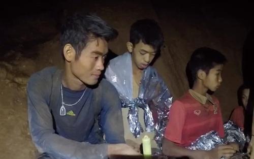 동굴에 갇혔을 당시 엑까뽄 코치(왼쪽)[태국 네이비실 영상 캡처=연합뉴스]