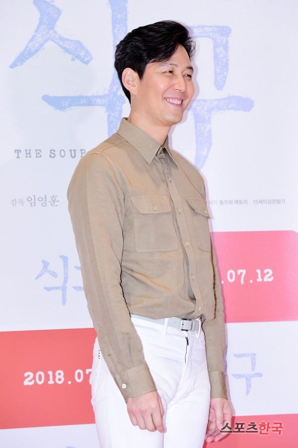 <p>Yoon Park who was abandoned by the family once was mistakenly meeting with Shin, Jeong Keun at the day funeral home one day and was changed to family by invited guests overnight while taking care of himself It is a movie depicting a story. Shin, Jeong Keun Yoon Park So-yeon Jang and others will appear. It will be released on the coming 12th.</p>