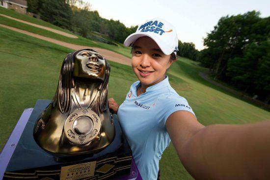 9일(한국시간) 미국 위스콘신주 오나이다에서 열린 LPGA 투어 손베리 크리크 클래식에서 최종합계 31언더파 257타로 우승한 김세영이 우승 트로피를 들고 포즈를 취하고 있다. LPGA 투어 페이스북 캡처