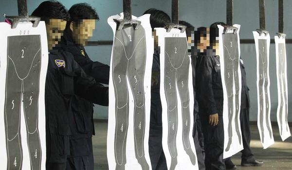 경찰관들이 사격연습을 한 뒤 표적 판을 확인하는 모습. 경찰은 총기 사용 시 얼굴이나 가슴이 아닌 하반신에 사격하도록 교육 훈련을 받고 있다. /조선DB