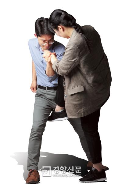 이회림 경사가 지난 9일 경향신문 스튜디오에서 본지 기자를 상대로 위급상황에 대처하는 '낭심차기' 시범을 보이고 있다. 이름과 얼굴이 알려지면 수사관으로서의 업무에 어려움을 겪을 수 있다는 우려 때문에 실명은 밝히지 않기로 했다. 정지윤 기자 color@kyunghyang.com
