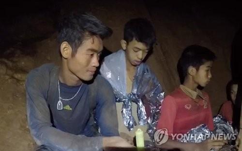 동굴에 갇힌 태국 유소년 축구팀 코치와 선수들 [태국 네이비실 영상 캡처=연합뉴스]