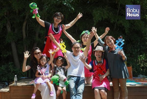 이규원 할머니와 뜻을 같이하는 해피할머니들이 서울어린이대공원 전래동화마을에서 구연동화를 마친 후 관람객들과 기념촬영을 하고 있다. 최대성 기자 ⓒ베이비뉴스
