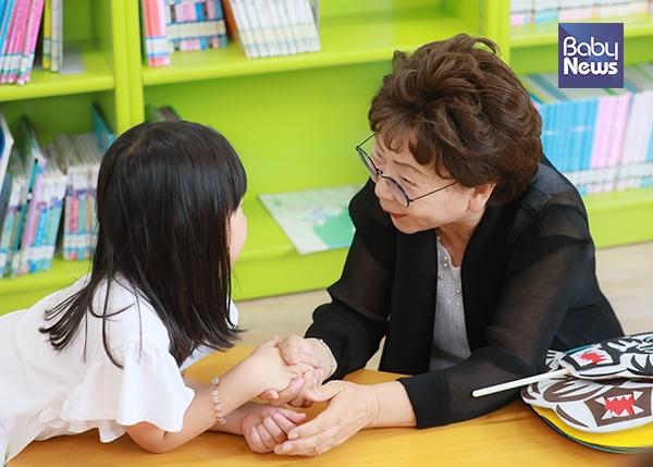 이규원 해피할머니가 구연동화가 끝난 후 한 아이의 손을 잡고 이야기를 하고 있다. 최대성 기자 ⓒ베이비뉴스