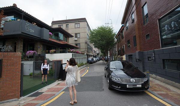 서울 성수동 카페거리를 찾은 여성들이 사진을 찍고 있다.  /조선DB