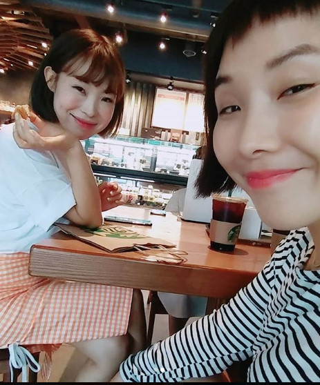 <p>Shin Bong-sun, Oh Nami, Yu-mi Kang was born into a beautiful girl Gag Woman.</p><p>Shin Bong-sun raised several photos together with the message of # Gag Concert Recording Area # Sukoduto # Yumigine # and Mio # Rain Ameeme on his own SNS on the 11th.</p><p>In the photo, Shin Bong-sun and Yu-mi Kang gently pose at the cafe and take a picture of the couple. Both people smile the people with white skin and clear images.</p><p>Another picture includes Shin Bong-sun and Oh Nami. Both of us are laughing at a cafe talking smilingly happy. Oh Nami and Shin Bong-sun fans had a hot reaction to the lovely charm.</p><p>Shin Bong-sun, Oh Nami, Yu-mi Kang is currently active in KBS 2 TV Gag Concert. [Photo] Shin Bong-sun SNS</p><p>Shinbun G - Shin S S</p>